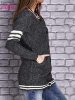 Ciemnoszary sweter z kieszeniami zapinany na zatrzaski                                   zdj.                                  3