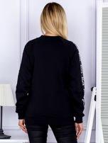 Czarna bluza z tekstową taśmą na rękawach                                  zdj.                                  2