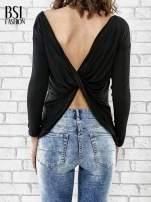 Czarna bluzka z kopertowym dekoltem na plecach                                  zdj.                                  4