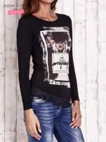 Czarna bluzka z nadrukiem dziewczyny                                  zdj.                                  3