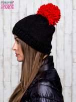 Czarna czapka z kontrastowym pomponem                                  zdj.                                  2
