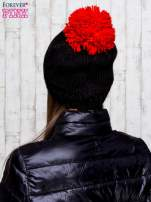 Czarna czapka z kontrastowym pomponem                                  zdj.                                  3