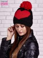 Czarna czapka z motywem serca i pomponem