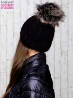 Czarna czapka z warkoczowym splotem i futrzanym pomponem