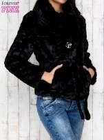 Czarna futrzana kurtka z wiązaniem                                  zdj.                                  3