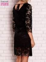 Czarna koronkowa sukienka z wiązaniem na plecach                                  zdj.                                  4