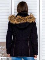 Czarna kurtka zimowa z futrzanym kapturem i kołnierzem                                  zdj.                                  3