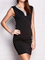 Czarna ołówkowa sukienka z błyszczącą aplikacją                                  zdj.                                  3