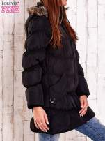 Czarna pikowana kurtka z futrzanym wykończeniem kaptura                                  zdj.                                  3