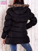 Czarna pikowana kurtka z futrzanym wykończeniem kaptura