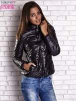 Czarna przejściowa kurtka z kapturem i kieszeniami
