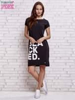 Czarna sukienka dresowa z napisem BLACKED                                  zdj.                                  2