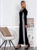Czarna sukienka maxi z kapturem i białymi pasami z boku                                  zdj.                                  3