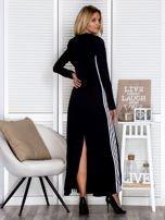 Czarna sukienka maxi z kapturem i białymi pasami z boku                                  zdj.                                  5