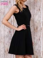 Czarna sukienka skater z satynową lamówką                                  zdj.                                  3