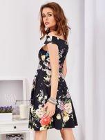 Czarna sukienka w bogate kwiatowe wzory                                  zdj.                                  6