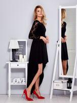 Czarna sukienka z dłuższym tyłem i koronkowym rękawami                                  zdj.                                  3