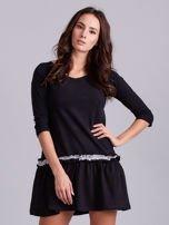 Czarna sukienka z kontrastową falbanką                                  zdj.                                  1