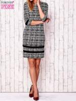 Czarna sukienka z motywem graficznym i materiałowymi wstawkami