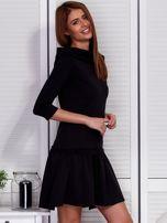 Czarna sukienka z szerokim kołnierzem i koronkową wstawką                                  zdj.                                  5