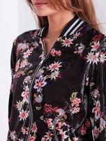 Czarna welurowa bluza bomberka rozpinana w kwiaty                                  zdj.                                  8