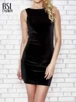 Czarna welurowa sukienka z głębokim dekoltem na plecach