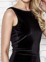 Czarna welurowa sukienka z głębokim dekoltem na plecach                                  zdj.                                  6