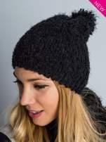 Czarna włochata czapka z pomponem
