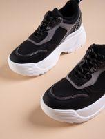 Czarne buty sportowe na podwyższeniu z błyszczącą wstawką i zwierzęcym motywem                                  zdj.                                  4