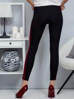 Czarne legginsy z bordowym lampasem                                  zdj.                                  2
