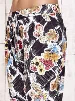 Czarne lejące spodnie z kwiatowym nadrukiem                                  zdj.                                  8