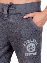 Czarne melanżowe spodnie męskie z kieszeniami i aplikacją                                  zdj.                                  5