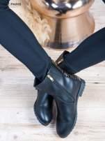Czarne skorzane botki na płaskim obcasie z lakierowaną wstawką ze złotymi dżetami                                  zdj.                                  6