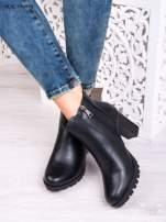 Czarne skórzane botki na słupku z gumkowaną cholewką i gumkowaną wstawką                                  zdj.                                  3