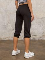 Czarne spodnie capri z dżetami i kieszonką                                  zdj.                                  2