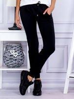 Czarne spodnie dresowe z kieszonką z przodu                                  zdj.                                  1
