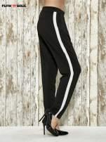 Czarne spodnie materiałowe z białym lampasem                                  zdj.                                  3