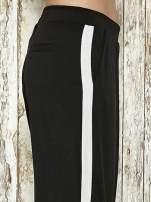Czarne spodnie materiałowe z białym lampasem                                  zdj.                                  6