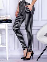 Czarne spodnie o wypukłej fakturze w paski                                  zdj.                                  3