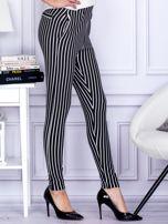 Czarne spodnie o wypukłej fakturze w paski                                  zdj.                                  5