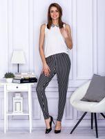 Czarne spodnie o wypukłej fakturze w paski                                  zdj.                                  4