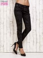Czarne spodnie rurki we wzór abstract                                  zdj.                                  1
