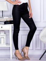 Czarne woskowane spodnie o kroju slim                                  zdj.                                  5