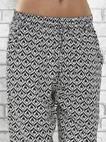 Czarne zwiewne spodnie alladynki we wzór geometryczny                                  zdj.                                  5