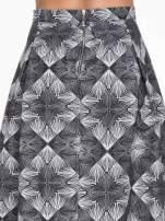 Czarno-biała rozkloszowa spódnica midi w ornamentowy wzór II
