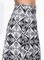 Czarno-biała rozkloszowana spódnica midi w ornamentowy wzór II