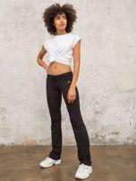 Czarnobrązowe śliskie spodnie z troczkami i wzorkiem po boku                                  zdj.                                  5