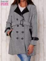Czarny dwurzędowy płaszcz w jodełkę ze skórzanymi wstawkami
