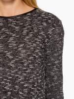 Czarny melanżowy sweter ze skórzaną lamówką przy dekolcie                                  zdj.                                  6
