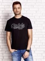 Czarny t-shirt męski z napisami i liczbą 83                                  zdj.                                  1